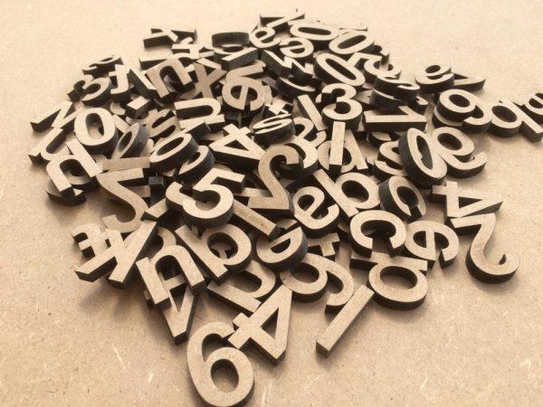 Lettres majuscules en bois